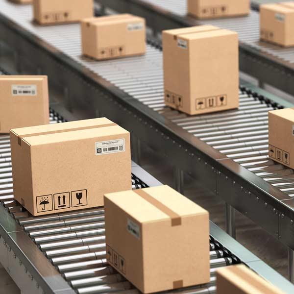 Pakker på transportbånd - dansk detailhandel
